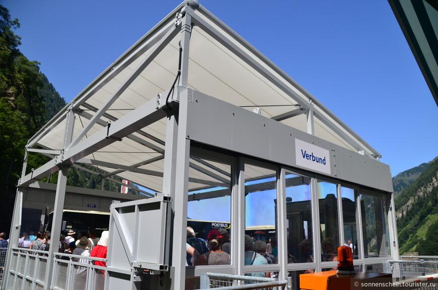 Потом пересаживаемся на вот такой открытый фуникулёр- платформу.  Платформа уже сама по себе аттракцион. Её ширина 9* 5,4 метра; поднимает 20 тонн, вместимость 185 человек. Летом крыша поднимается для проветривания, а на случай дождя закрывается.