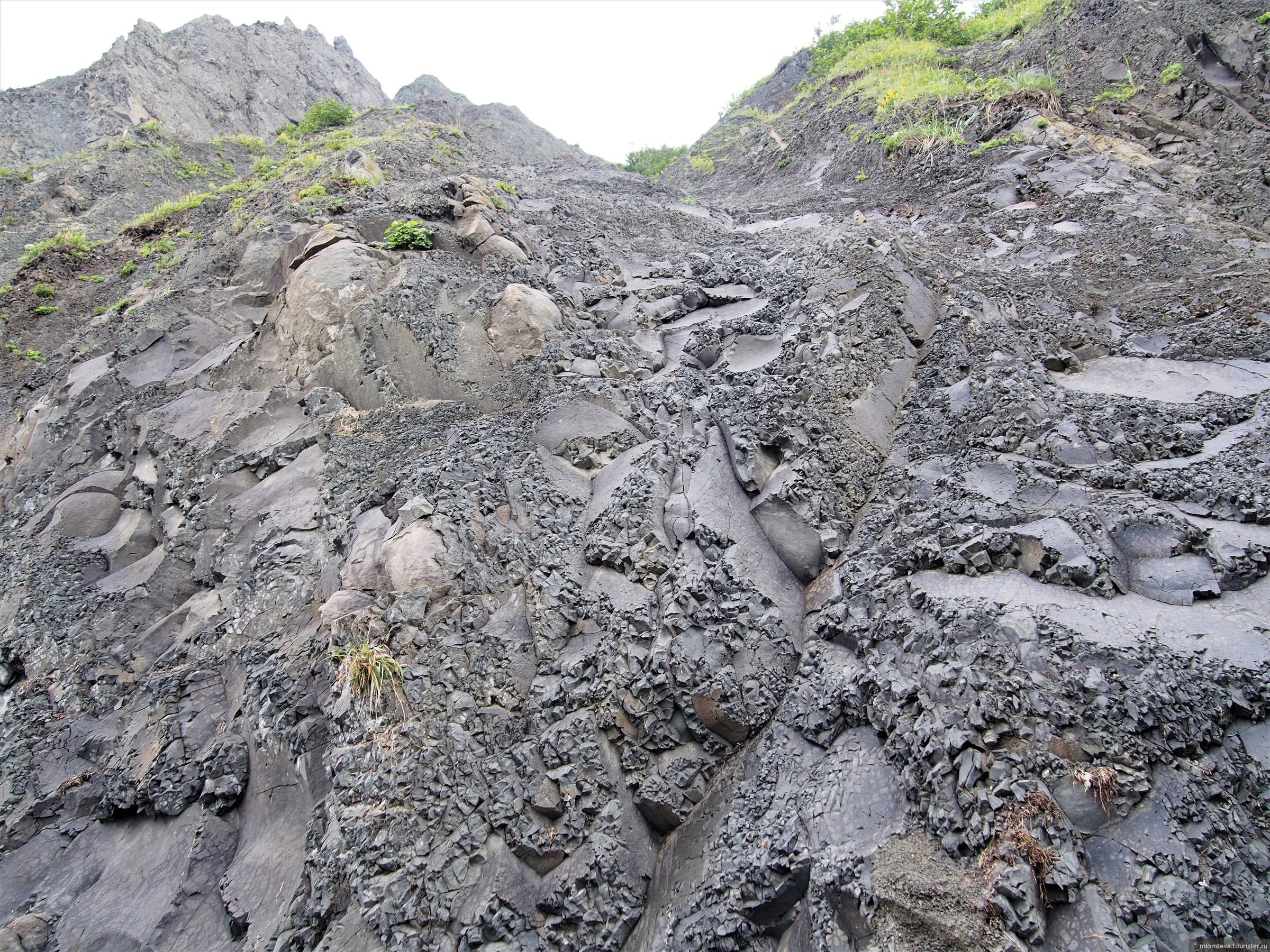 Скалы на берег, сплошь состоящие из валунов, острых осколков, конкреций.., Александровск-Сахалинский