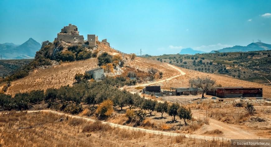 Сицилия была колонизирована поселенцами из Карфагена и греками, начиная с VII-го столетия до н. э. На востоке острова они обнаружили сикулов, а на западе — финикийцев. Сикулы вскоре были ассимилированы. Территории, заселённые финикийцами, были присоединены к владениям Карфагена, но его экспансия была надолго остановлена вследствие поражения в битве при Гимере (480 год до н. э.)
