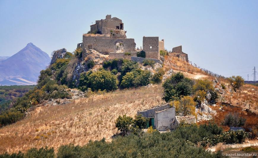 Сицилия — самая большая по площади область в Италии. Вся его территория состоит из островов, причём 98 % приходится на остров Сицилия, который от материковой Италии отделён Мессинским проливом.