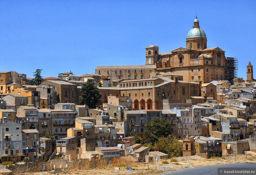 Остров также известен как часть «Великой Греции». Цицерон описывал Сиракузы как самый большой и самый красивый город Древней Греции. Население острова в I тыс. н. э. превышало 2 млн человек, что делало Сицилию самым плотнонаселённым регионом планеты.