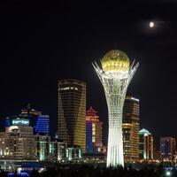 В центре города стоит монумент - самая часто посещаемая достопримечательность - башня Байтерек.