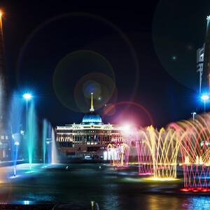 От монумента Байтерек можно отправиться на прогулку в сторону президентского дворца, который и виднеется за фонтанами. От дворца влево и вправо симметрично расположены задания , где распалагаются органы государственной власти.