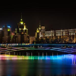 Все мосты Астаны с подсветкой, которая постоянно меняет свой  цвет