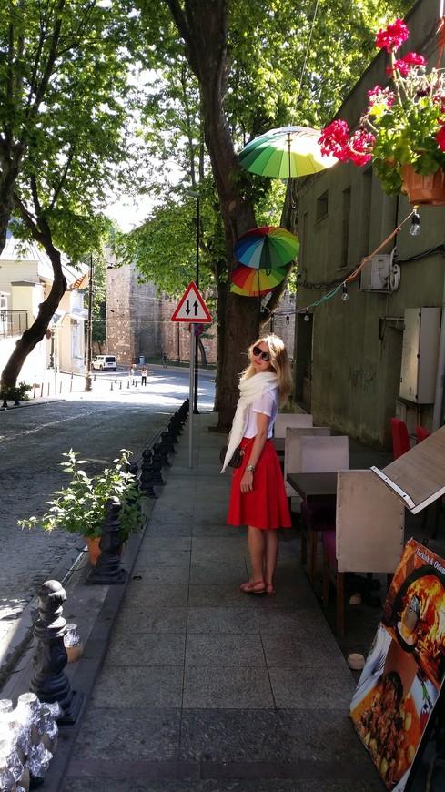 Зонтики в Стамбуле в этом сезоне крайне популярны и являются декором, если ни в каждом кафе )) то через одно или два точно!