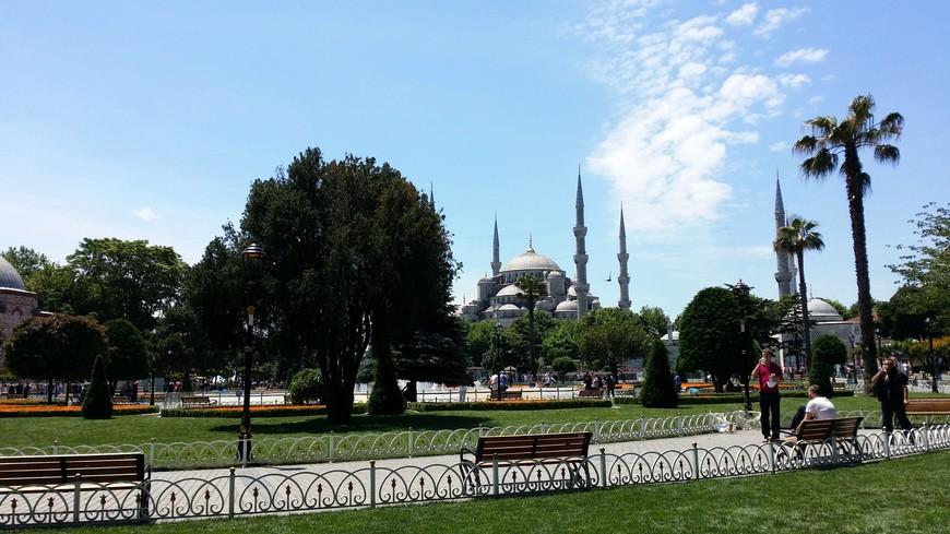 На турецком слова шесть и золотой созвучны... Архитектор не правильно понял Правителя... Но зато сегодня мы любуемся великолепием мечети с целыми шестью минаретами!!!