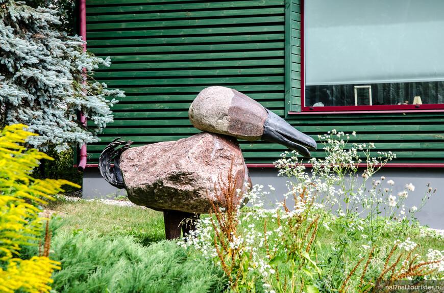 Самодельная скульптура из камней во дворике частного дома в Юрмале