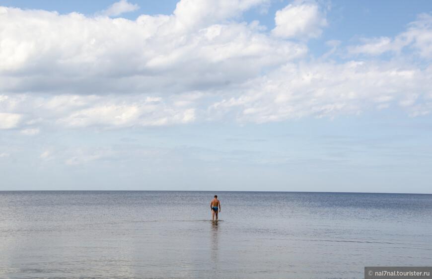 Море очень мелкое,можно долго идти вдаль