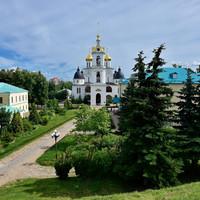 Если посмотреть с вала в другую сторону, то мы видим нашу первую цель – великолепный Успенский собор и прочие кремлевские постройки. Но мы пока пройдемся по правой половине вала, внутри которого и расположен Дмитровский Кремль.