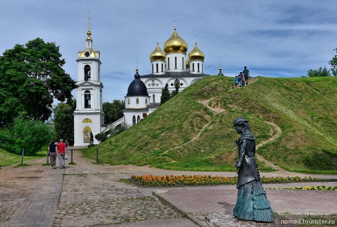 Вал прерывается у так называемых Егорьевских ворот, между которыми и пешеходной Кропоткинской улицей  расположена небольшая, но симпатичная площадь с, как это сейчас называется, городскими скульптурами.