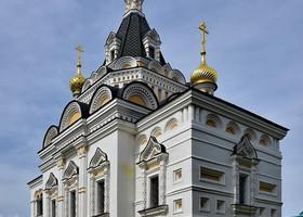 Вернемся к церкви. Очень красивая церковь в псевдорусском шатровом стиле была возведена в 1898 году для… заключенных уездной тюрьмы! Нет, я не против, чтобы у заключенных была своя церковь… Но такая красивая!! )