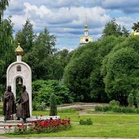 Вокруг комплекса разбит сквер, или, скорее, парк, где можно увидеть памятник популярным в последнее время Петру и Февронии Муромским (открыт традиционно в мой день рождения в 2015 году).