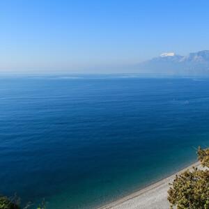 """Главным в этом регионе все-таки является Средиземное море! И в этом альбоме ему будет уделена так же главенствующая роль. Потрясающие цвета водной глади до сих пор не дают мне покоя. Именно здесь я увидела настоящий цвет """"морской волны""""! Еще раз полюбуемся бухтой города Антальи с близко подступающими к ней горами."""