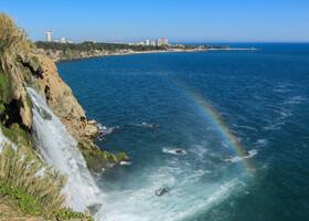 С определенного ракурса можно поймать радугу, заигрывающую с водопадом.