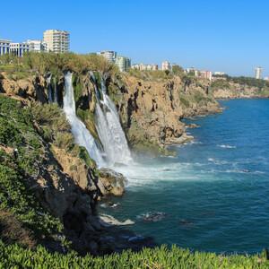 А вот уже и сам водопад-река, впадающая в море. В Анталии четыре аналогичных водопада.