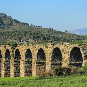 """Римский акведук - именно он, согласно местным легендам, был """"конкурентом"""" амфитеатру Аспендос по размаху строительства (местный правитель якобы обещал отдать свою дочь Семирамиду замуж за того архитектора, чье сооружение будет лучше)."""