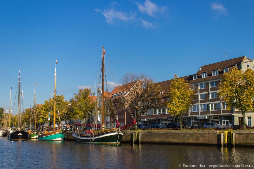 Корабли, стоящие на приколе - часть исторического порта.