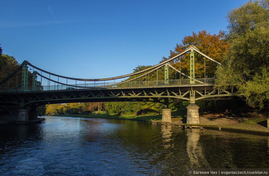 Неудивительно, что в городе много мостов.