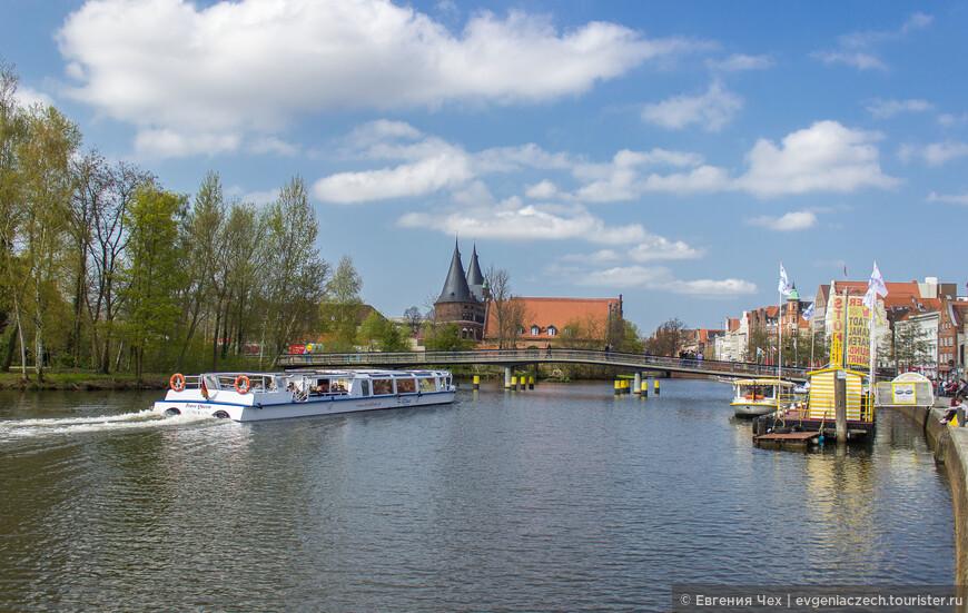 Вдали показались самые знаменитые ворота Любека, Holsteintor.