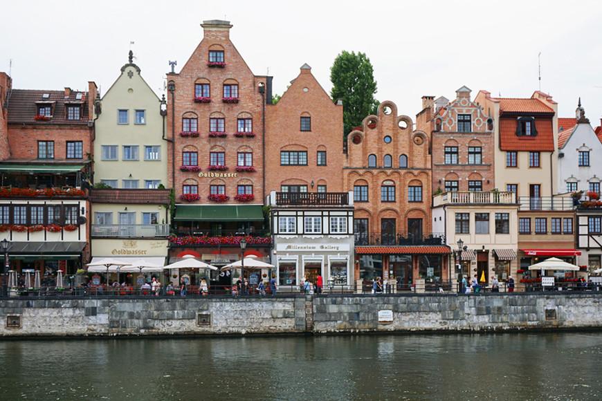 Набережная Мотлавы — популярное место для прогулок, наводненное туристами с раннего утра. Здесь же расположены причалы, откуда корабли отходят в соседние Гдыню и Сопот