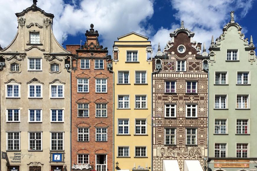 Таким вы увидите Старый город — яркие домики с резными крышами