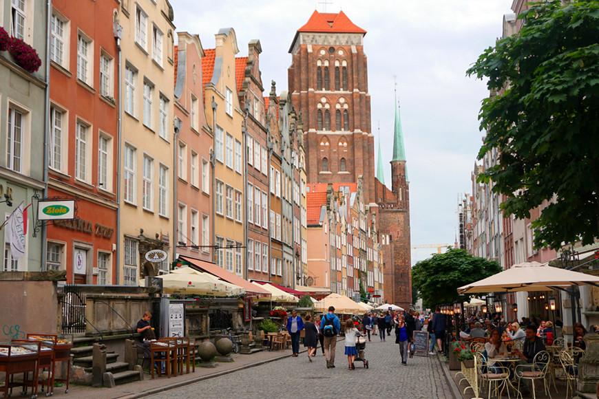 Впереди — главный собор Гданьска, церковь Девы Марии/ Bazylika Mariacka. На крыше, кстати, тоже есть обзорная площадка