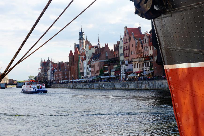 Справа — корабль-музей Soldek, экспонат Центрального Морского музея в Гданьске