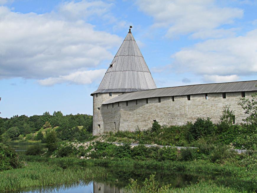 Первая, еще деревянная, Ладожская крепость была построена не позже середины IX века на стрелке при впадении в Волхов реки Ладожки. Сейчас на этом месте высится Стрелочная башня. Речка Ладожка  сменила имя на Елена. .