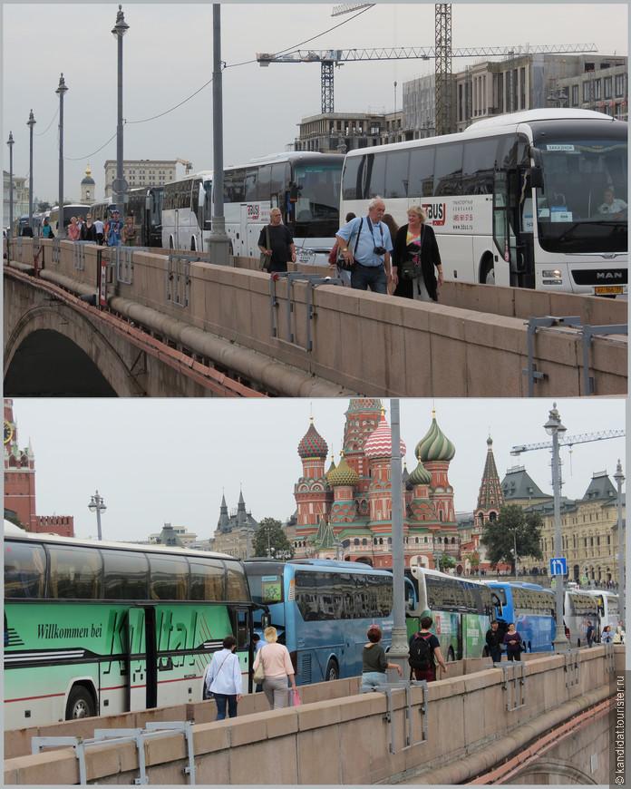 А это -  необъяснимое явление... Лично я никогда не видел в будний день на Москворецком мосту такого количества туристических автобусов. Неужели открытие парка граждане ждали с таким нетерпением...