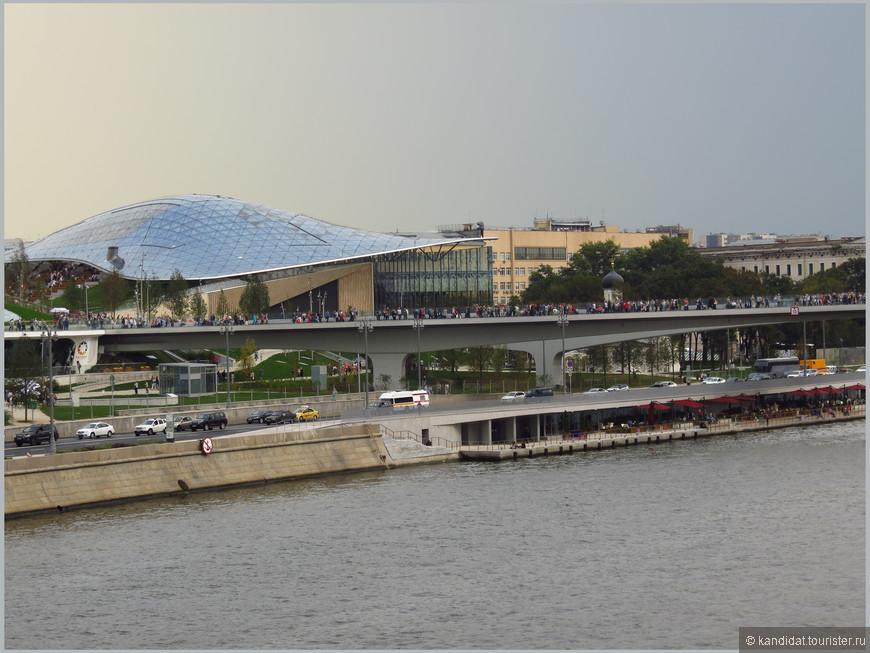 """""""Взгляд издалека"""" или вид  парка """"Зарядье"""" с Москворецкого моста.     И издалека и вблизи парк вызывает двойственное чувство. С одной стороны, хочется громко крикнуть - МОЛОДЦЫ!!! Это относится ко всем 5000 человек, которые участвовали в строительстве парка."""