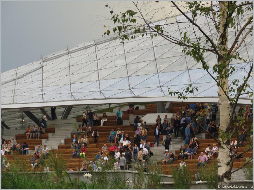 Концертный зал с частично перекрытыми трибунами. Придется организаторам мероприятий с небесной канцелярией постоянно согласовывать свои планы.