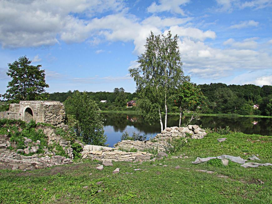 Остатки Тайничной башни на берегу Волхова.