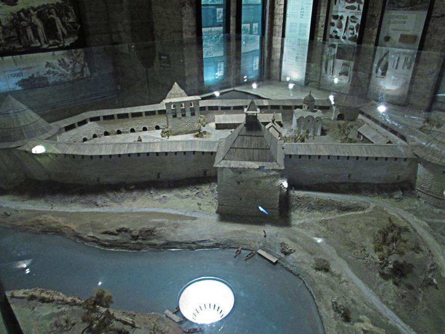 Макет крепости в музее. Здесь изображена и Тайничная башня на берегу Волхова, от которой в настоящее время  остался только фундамент.