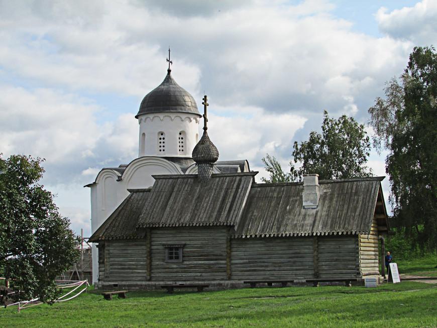 В 1164 г. Ладога выдержала тяжелую многодневную осаду шведского войска. В память об этом событии был поставлен каменный храм св. Георгия. В 1648 г. был срублен деревянный храм во имя св. Дмитрия Солунского. Обе церкви - уникальные памятники русского зодчества.