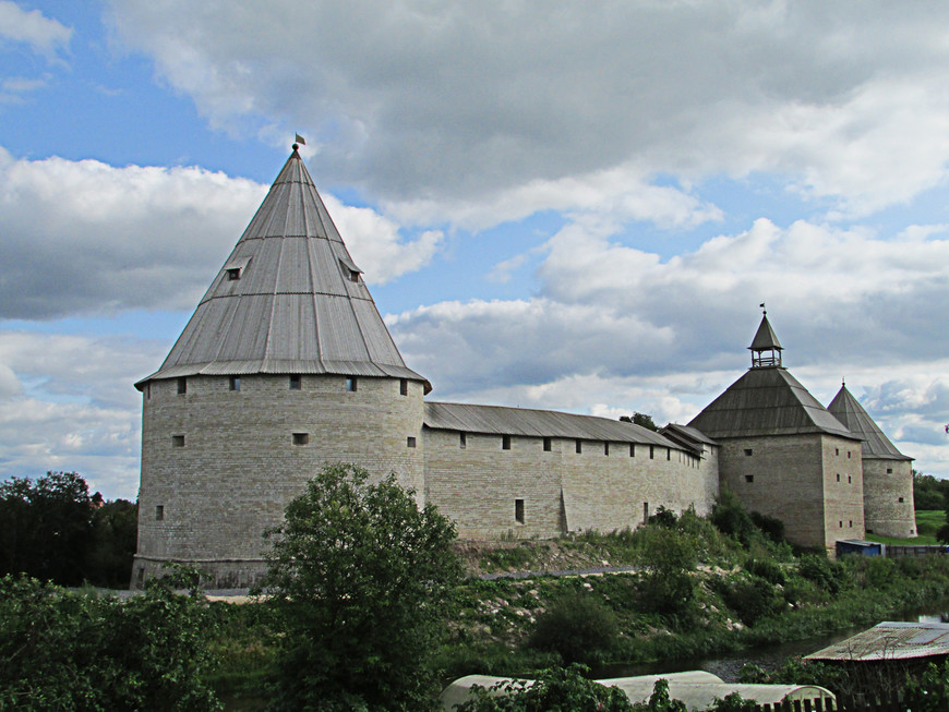 Отсюда, кстати, Староладожская крепость предстает в самом выгодном ракурсе, так как почти не видны ужасные сараи и заборы, которые наши реставраторы любят ставить на самом виду. Стрелочная, Воротная и Климентовская башни крепости восстановлены в том виде, как они выглядели в XVI веке.