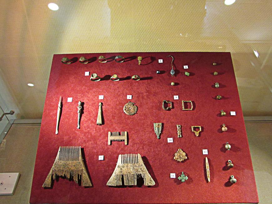 А это другая витрина. Здесь собраны бытовые предметы и украшения XVI-XVII веков.