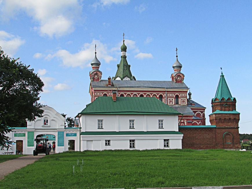 Из крепости мы поехали в расположенный неподалеку Никольский мужской монастырь. По преданию,  монастырь был основан князем Александром Невским «в память о гиблых ладожских сродниках», павших в Невской битве в 1240 году.