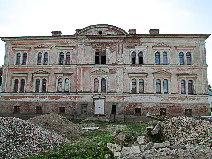 Новый настоятельский корпус (1856 г.) пока не восстановлен.