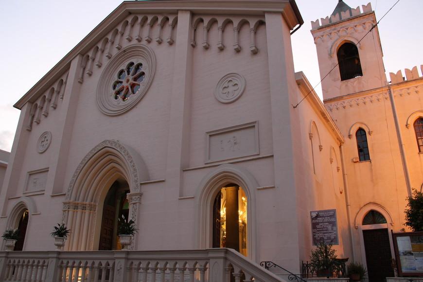 Главная достопримечательность - это церковь Сан-Джузеппе, расположенная в самом центре города. Перед ней находится площадь с несколькими кафе. Особенно нам приглянулось Blue Sky. Там вкусные канноли и приветливые официанты. Каждый вечер, кроме субботы, здесь проводили концерты. Местные музыканты развлекали публику итальянскими песнями, а мужчины-итальянцы приглашали понравившихся дам на танцы.