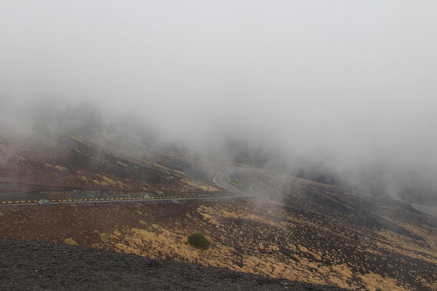 Спустившись вниз мы заметили, что погода резко изменилась. Стало пасмурно и набежали тучи. Но все же мы успели посмотреть еще 2 маленьких живописных кратера и сделать крутые фотки.