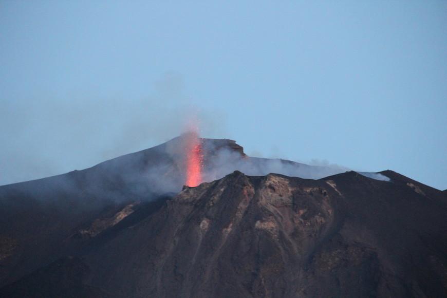 Стромболи извергается каждые 15 минут. Сами по себе извержения небольшие, но как ликовали все, когда увидели это зрелище. Кстати, те, кто живет на острове, могут взять экскурсию к самому кратеру. Несколько раз посмотрев как извергается вулкан, мы поплыли обратно на Сицилию.