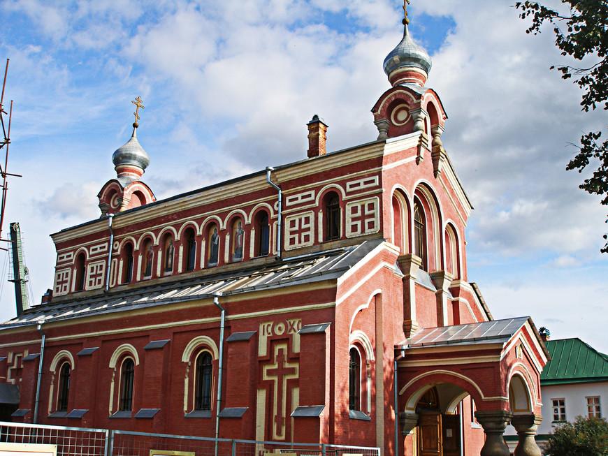 Зато храм Святителя Иоанна Златоуста (1873), устроенный в виде древней базилики, уже отреставрирован.