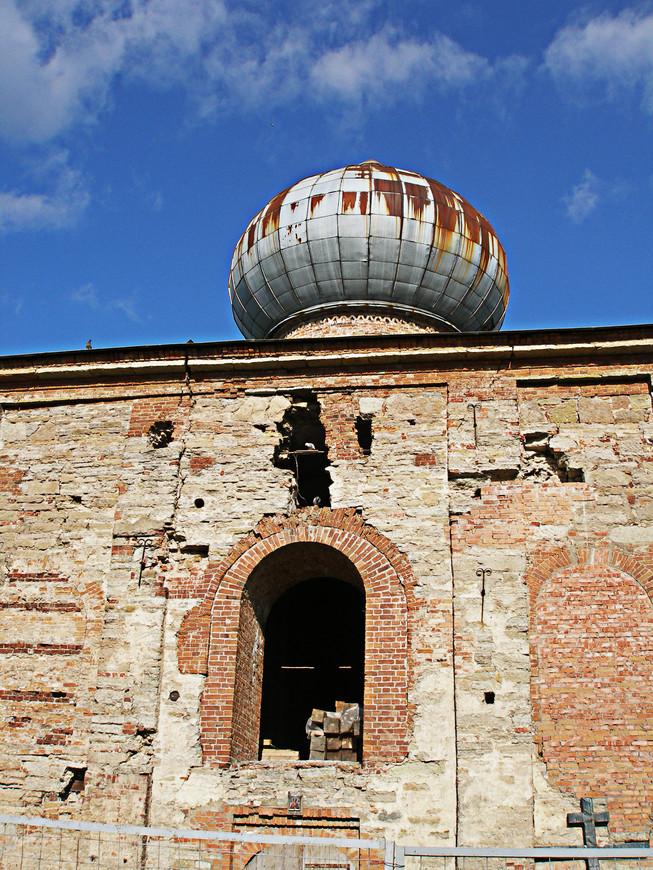 Самое старое здание монастыря - Никольский собор - построено в XIV или даже в XIII в. Оно пока только восстановливается.