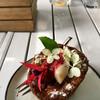 Чудо пирожное, украшенное съедобными цветочками