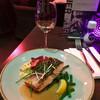 Красная рыба с салатом и соусом