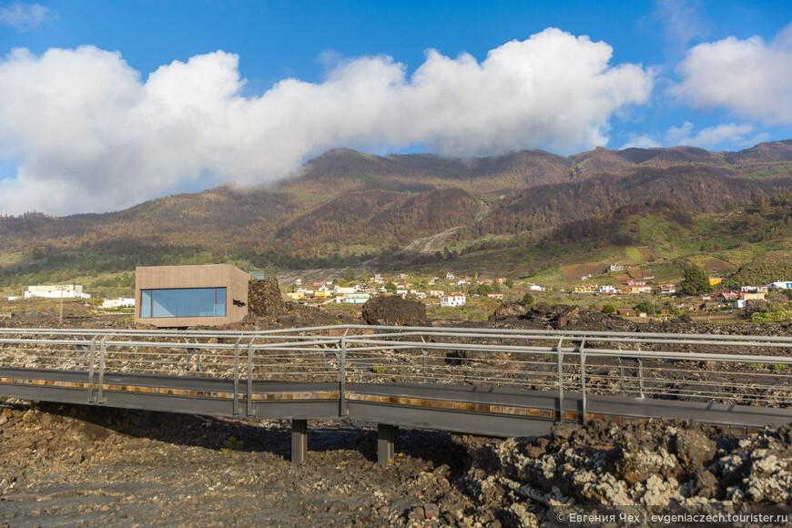 Вот злесь, в центре горы видно, откуда шёл поток лавы. Сегодня здесь строится музей.