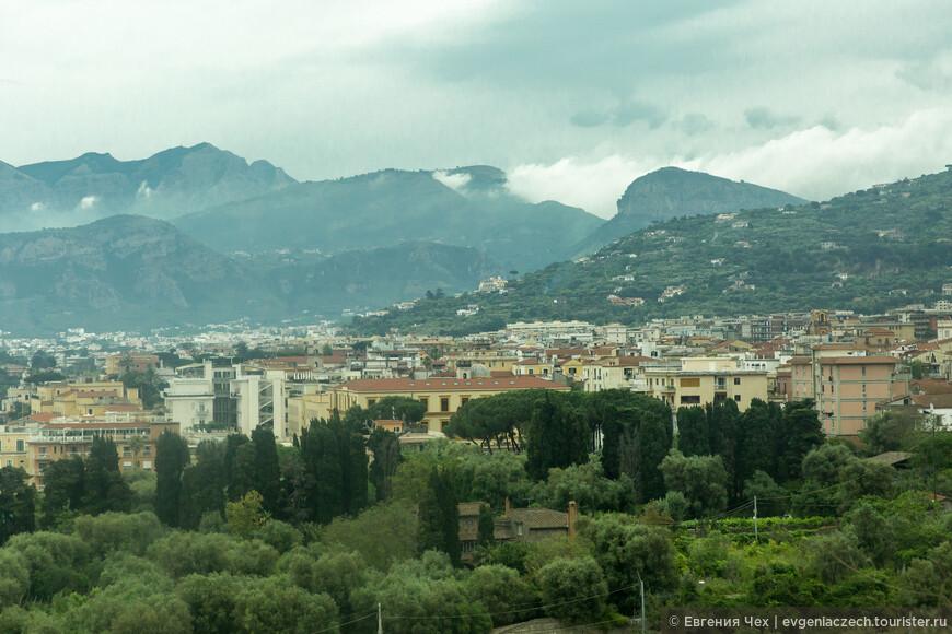С противоположной стороны город окружен горами.
