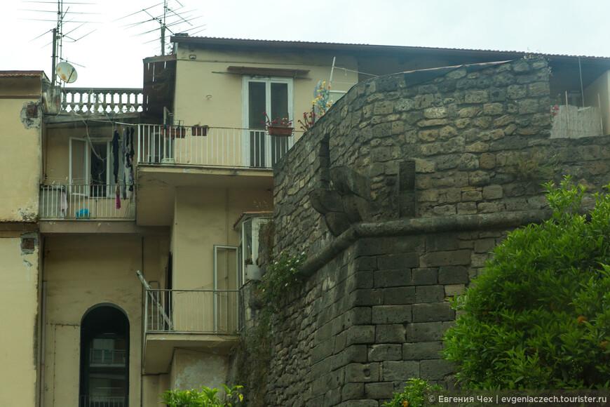 Остатки крепостной стены сегодня буквально вписаны в жилые кварталы.
