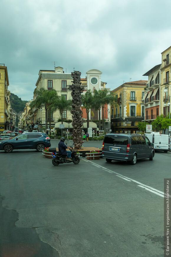 Главная площадь,  площадь Тассо, по имени поэта, родившийся здесь.