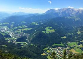 Внизу расположился город Верфен и горная река Зальцах.